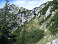 Auf diesem Bild kann man sehr gut den noch zu absolvierenden Wegverlauf erkennen. Links im Bild ist der Gipfel des Plassen bereits zu erkennen. Rechts vorbei an der Höhle ...