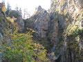Der wundervoll geführte Steig führte uns durch die romantische und wild zerklüftete Mini-Schlucht am Fuße des Traunsteins.