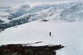Trotz der Tatsache eines fehlenden Gipfelwahrzeichens durfte eine Besteigung jedoch keinesfalls fehlen. Somit zogen wir unsere Spur in Richtung des höchsten Punktes weiter bergan.