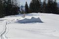 Vis-a-vis von uns gaben sich die schneebedeckten Überreste der verfallenen Mayralm zu erkennen.