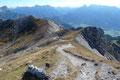 """In """"fast motion"""" Manier eilten wir beide den 634er Weg zurück in die Scharte und fokusierten schon vom Weiten das Gipfelkreuz des Mittagskogels (2041m) an."""