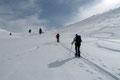 Im oberen Drittel trennten sich die beiden Anstiegsrouten Schneegrubenspitze (2237m) und Steinbergstein. Einstweilen sich der Schitourengeher rechts der Schneegrubenspitze zudrehte, orientierten wir uns links in Richtung Schneegrubenschartl (1902m).