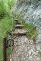 … man über einfache und solide seilversicherte Stufen …