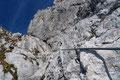 … doch mit zunehmendem Schwierigkeitsgrat (B) klettert man etwa 60 m über rauhen Fels der Trumscharte entgegen.