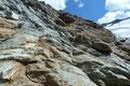 Auf dem Weg zum Rosimjoch mussten jedoch auch einige Felsplatten überstiegen werden. Für einen erfahrenen Berggeher stellt dies keinerlei Problem dar. Das größere Übel waren die vielen auszumachenden  Steigspuren.