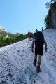 """… ich und die """"Ternberger"""" den Steig zielstrebig weiterverfolgten. Plötzlich versperrte uns ein """"alter Schneehaufen"""" den Weg. Nur diesmal kamen wir nicht in den Genuss einer gefrästen Spur, stattdessen wurde er mit reiner Muskelkraft überwunden."""