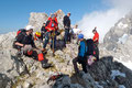 """Nachdem auch dieser letzte etwa 35° steile Anstieg bravurös bewältig worden war, gönnten sich alle Teilnehmer der """"Dachsteinexpedition"""" in der kleinen Scharte eine Pause und schnallten nebenbei auch gleich die Eisen ab."""