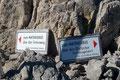 """An dieser Stelle teilt sich der weitere Anstiegsweg hinauf zum Hochkönig Gipfel. Entweder man wandert über den """"Gletscherweg (Rutschgefahr!)"""" weiter oder schlägt den """"Felsenweg"""" ein. Wir nahmen Zweiteren."""
