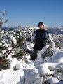 Ein Roni steht im Schnee