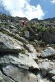 Plötzlich wurde die Stille durch ein Grollen unterbrochen. Schräg rechts über uns hatten ein paar herumtollende Schafe eine Steinlawine losgetreten. Zum Glück waren wir weit davon entfernt und konnten unseren Abstieg ungehindert fortsetzen.