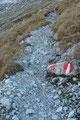 Oberhalb des felsdurchsetzten Felsgeländes trafen wir auf den steinigen Wanderweg, ...