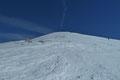 Wer nach diesem zähen Anstieg glaubte am Gipfel zu stehen, der irrte sich gewaltig! Es handelte sich nur um eine Zwischenetage des südwestexponierten Hanges. Doch zumindest rückte das Gipfelkreuz in Sichtweite. Und schon ging es weiter bergauf!