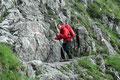 Jetzt wurde es so richtig spannend. Das Teilstück mit den Seilversicherungen stand bevor. Vorsichtig wagte sich Rudolf Meter für Meter die Felswand entlang. Grins.