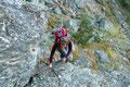 Leises Plätschern überlagerte die morgendliche Stille. Der Wasserfall, der Namensgeber dieses Weges war in unmittelbare Nähe gerückt. Erste Seilversicherungen halfen uns über eine Felsstufe hinweg.