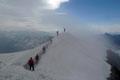 Da für die Mittagsstunden aufziehende starke Gewitter  vorausgesagt wurden, verweilten wir nicht lange auf dem Gletscherdach, sondern suchten eher das Weite.  Zurück über den tischbreiten Grat, …