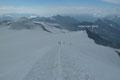 … schon folgten wir der Aufstiegsroute abwärts zurück zum Oberen Keesboden. Obwohl die Wolken westlich von uns sich zunehmend verdichteten, zog uns  der kleine Gipfel des Hohen Aderl (3504m) zu einem Kurzbesuch förmlich an.