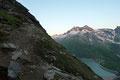 Nur der fulminante Ausblick auf die unzähligen umliegenden Berggipfel minderte den mühevollen Anstieg etwas. Die aufgehende Morgensonne tauchte die Bergspitzen obendrein noch  in ein kräftiges Gold.