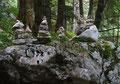 Vom Parkplatz nach der Pötscherkehre wanderten Lissi und ich komott den markierten Weg Nr. 690 durch den steilen Hochwald bergan. Unsere ewigen Begleiter – die Steinmännchen.
