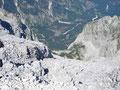Bei der Gipfelgratüberschreitung genoß ich einen Tiefblick auf die etwa 700m unter mir liegenden Welserhütte.