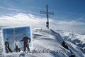 GESCHAFFT!!! Mit einem lachenden und einem weinenden Auge posierten wir leider nur zu dritt beim Gipfelkreuz. BERG FREI!