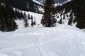 Der westlich exponierte Hang war von Abfahrtsspuren nur so durchzogen, was eigentlich auf eine beliebte Tour schließen ließ. Doch keine Menschenseele war zu sehen! Plötzlich tauchte hinter uns ein einzelner Wintersportler auf.