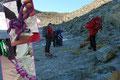 Um den Aufstieg etwas zu verkürzen, betraten unsere 5 Seilschaften kurz vor der Similaunhütte das Blankeis des Niederjochferners. Nun war es an der Zeit die Steigeisen anzulegen und sich einzubinden und …