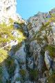 Nun benutzt der Schrabachersteig eine seilversicherte, schluchtartige  Rinne an der niedrigsten Stelle Südwand (Steinschlaggefahr!). Diese brachte mich meinem Gipfelsieg wieder ein Stück näher.