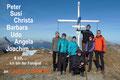 Der erste Gipfel konnte abgehakt werden. Obwohl eine kalte Brise über die Gipfelkuppe wehte, ließen wir uns nicht abhalten eine kurze Rast einzulegen und das obligatorische Fotoshooting abzuhalten.