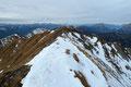 """Nach einer kurzweiligen Gipfelrast führte ich mein """"Eisenerzer-Alpen-Gipfelhopping"""" weiter fort und stieg erneut trittsicher den kurzen Gipfelgrat zurück."""