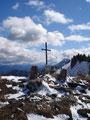 Nochmals ein letzter Blick zurück zum zierlichen Gipfelkreuz,  …