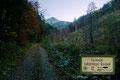 Die Morgendämmerung erhellte langsam mit den ersten Sonnenstrahlen das Bergland, doch meine schattige Wegstrecke wurde zu diesem Zeitpunkt noch von diffusen Lichtverhältnissen  getrübt … und so wanderte ich raschen Schrittes weiter.
