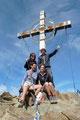In blauem Himmel getaucht nahm uns das Gipfelkreuz der Kreuzspitze in Empfang.