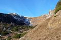 Nachdem wir das Törl passiert hatten, drehte der Wegverlauf nach rechts in die weite Gipfelmulde ab. Südseitig unterhalb der Leobner Mauer folgten wir dem Eisenerzer Alpen Kammweg bis zum großen Stein in die hinterste Karmulde.