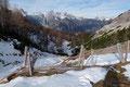Am Grenzübergang zwischen Steiermark und Oberösterreich, der Türkenkarscharte frischte der Wind mehr und mehr auf. Er fegte mit gefühlten, orkanartigen eisigen Böen über das Land hinweg.  Bist du deppert!!! Beinahe um einen Meter wurde man hier versetzt.
