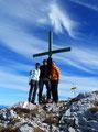 ... war es endlich Zeit für die obligatorischen Gipfelkreuzfotos. Hier im Bild mit Angela, Margit und mir.