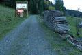 Diese wurden jedoch zügigen Schrittes in einer Rechtskehre umwandert. Kurz oberhalb der Hütte leiteten die Beschilderung  und die gut ersichtlichen Steigspuren nach links, über die Weidefläche zum Waldrand empor.