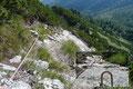 … folgte daraufhin den nachfolgenden Drahtseilen und Trittklammern zwischen den Latschenbüschen erneut zum Gratverlauf hinauf.