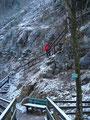 Tourleader Rudolf auf den ersten Metern bergauf, die uns über Holztreppen unserem heutigen Tagesziel unaufhörlich näher bringen.
