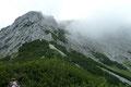 Von der Felskanzel aus konnten wir die weitere Wegstrecke sehr schwer ausmachen. Zuerst altbekanntes Latschengestrüpp, dann Geröll …. Aber wie weiter? Auch der Ortskundige Bergfex warnte uns vorm Versteigen!