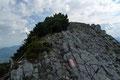 """So ungefähr """"ein Schritt vor, einer zurück"""" wurde der nach Norden zum Gipfelkreuz führende breite Grat erreicht."""