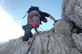 Am kurzen Seil und zusätzlich immer mit Bandschlinge und HMS-Karabiner am Drahtseil gesichert stiegen wir fortan über die Felsbänder höher.
