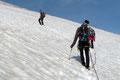 … den vermeintlich risikoärmsten Weg zwischen den großen Gletscherspalten nach oben.