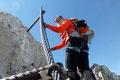 Darüber hinaus stand die Freude des Klettersteiggehens jedem ins Gesicht geschrieben. Es sei gesagt: Auf der Erstbesteigungsroute von Peter Gappmayr sollte man sich auf keinen Fall auf eine durchgehende Versicherung verlassen!