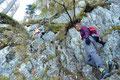 Hinterher führten weitere  Serpentinen, dem sich nach oben verschmälernden Waldstreifen zur Kanzel empor, wo der eigentliche Klammeinstieg begann. Jetzt stand jedem von uns die Freude ins Gesicht geschrieben.  Etwas luftig, jedoch bestens gesichert …