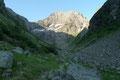 Entlang des Baches wanderten wir den leicht ansteigenden Steig Nr. 778/702 in angeblich einen der schönsten Talabschlüsse Österreichs hinein. Die 1200m fast senkrecht abfallende Nordwand des Hochgollings zog unverdrossen die Blicke auf sich.
