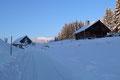 Auf der gegenüberliegenden Straßenseite der B166, vorbei am ehemaligen Hotel Dachsteinblick folgte ich der schneebedeckten Nebenstraße zu einer Ferienhütte und einer kleinen Kapelle hinauf.