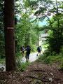 ... hinunter zur Asphaltstraße Richtung Gasthaus Schraml brachte. Tom freute sich außerordentlich diese Bergtour geschafft zu haben.