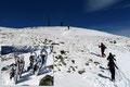 Kurz vor dem Gipfel richteten wir ein Schneeschuhdepot ein und bestritten die letzten Höhenmeter zum Gipfelkreuz ohne das Winterutensil.