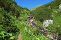 … entlang des vom Oberen Klaftersee  herabschießenden kleines Baches immer höher.