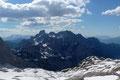 Der Panoramablick bietet hier wirklich alle nur erdenklichen Feinheiten. Wie hier nach NW zum Gosaukamm. Gleich hinter der Hütte streckt der große Gosaugletscher seine Zunge heraus, umrahmt von mächtigen Bergspitzen.